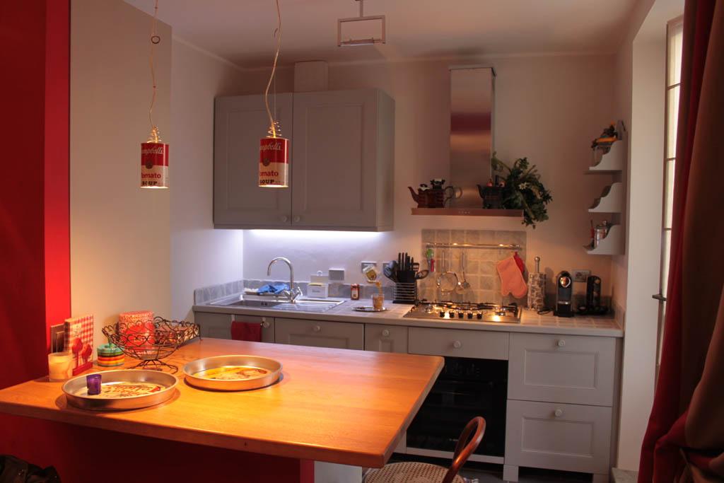 Cucina in legno grigia il quadrangolo - Bancone cucina legno ...